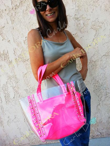 sac main femme fluo vinyle glossy transparent  clous dores et strass blancs, sac femme fluo a main en vinyle transparent