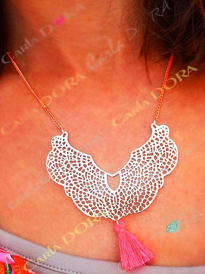 collier ras du cou arabesque dore pompon corail