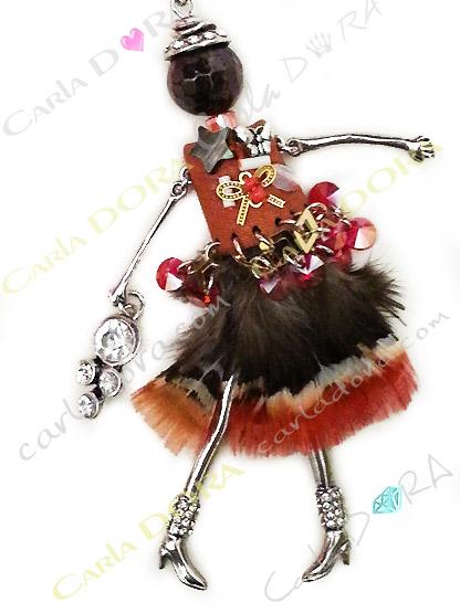 pendentif poupee ndienne fourrure et plume, collier pendentif poupee style amerindien