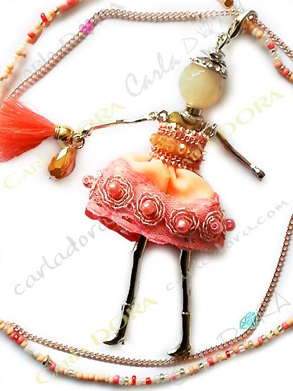collier fantaisie charm poupee sautoir robe corail fashion, collier sautoir poupee a la mode