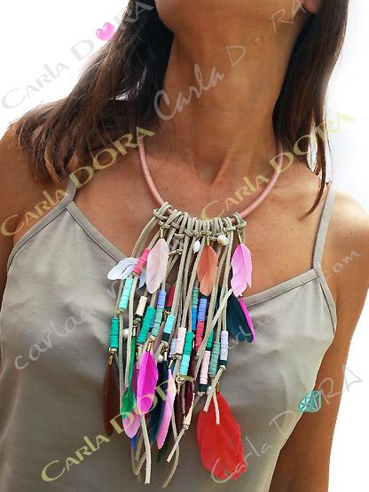 collier ras du cou multi rangs plumes multicolores et perles