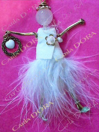 poupee mariage glamour en plume blanche, poupee bijou robe de mariee blanche en duvet