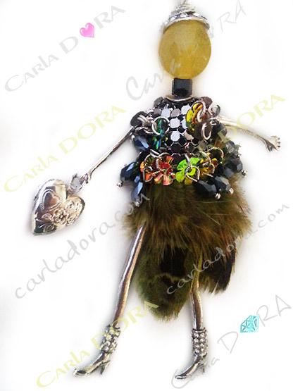 pendentif fantaisie sautoir poupee ultra chic plumes et cristal