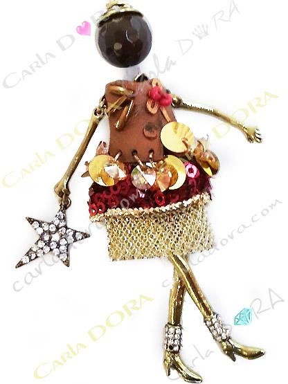 poupee collier tenue de fete rouge et or, collier sautoir poupee pour les fetes