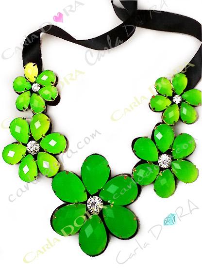 collier fleurs vert fluo cabochons tailles strass