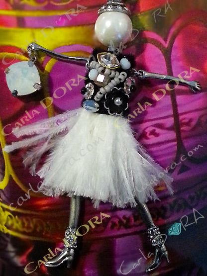 sautoir poupee glamour habit en plumes, collier fantaisie glamour