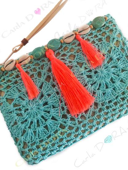 pochette femme boheme chic crochet bleu turquoise pompons corail fluo perles et coquillage, pochette femme crochet et co