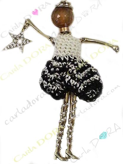 poupee crochet noir et blanc jambes strass, collier poupee fantaisie femme