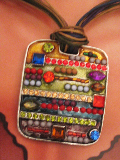 collier pendentif femme rectangulaire a strass multicolore
