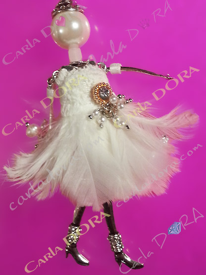 poupee robe de mariee blanche plumes, poupee mariee collier fantaisie femme