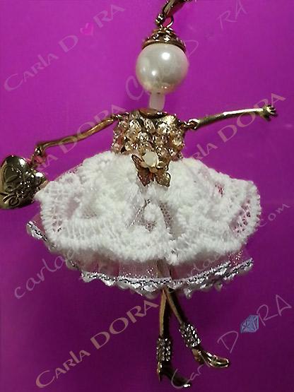 poupee sautoir robe precieuse dentelle blanche et jupon, poupee bijou sautoir robe precieuse