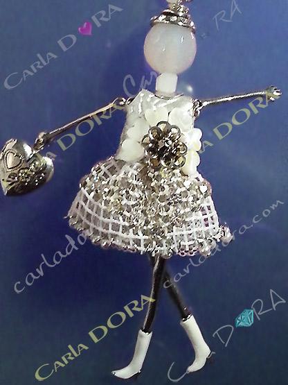 bijou poupee robe mariee moderne bottes blanches, sautoir poupee sophistiquee