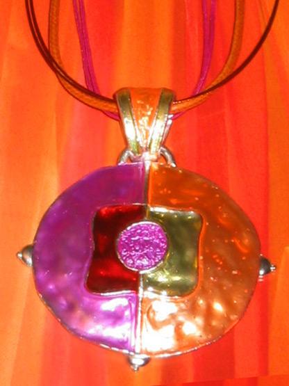 collier pendentif cercle emaillee aux couleurs flashy jaune, orange, fushia et rouge