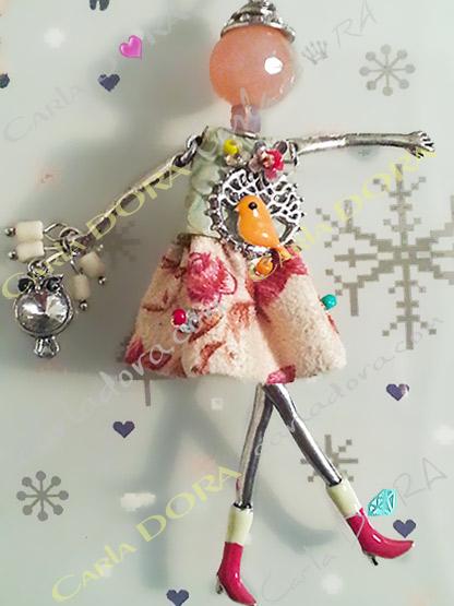 sautoir poupee robe a fleurs hibou a la main, collier sautoir poupee romantique