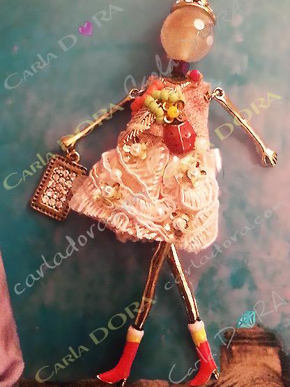 bijou poupee bottes rouges et coccinelle, sautoir poupee habit romantique