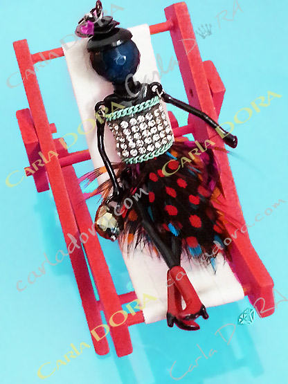 bijou poupee plumes a petits pois bottes rouges, sautoir poupee habit original