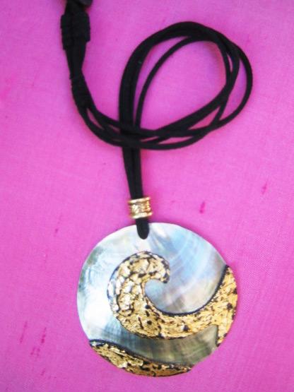 collier pendentif cercle en nacre naturelle peinte noire et doree, bijoux fantaisie femme