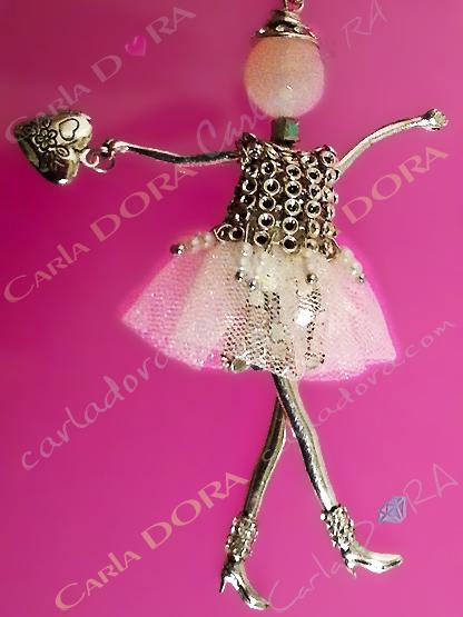 sautoir poupee jupe blanche en tulle et cotte de maille argent , collier sautoir poupee danseuse