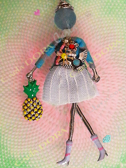 poupee bijou a la mode ananas a la main, poupee bijou collier sautoir tendance