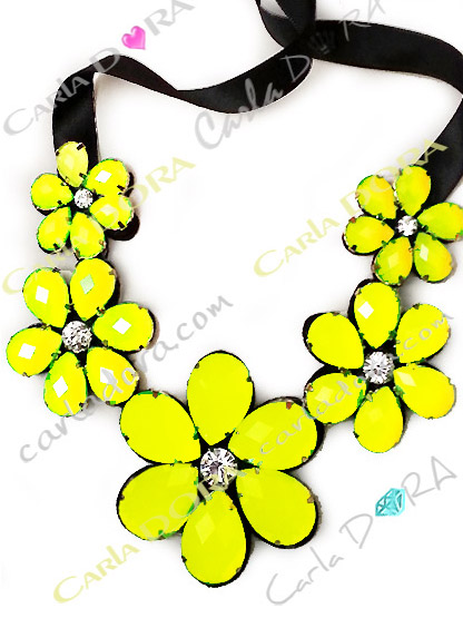 collier fleurs jaune fluo cabochons tailles strass