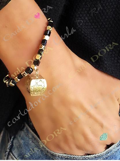 bracelet elastique noir et or perles carrees pendeloque cube ajoure, bracelet fantaisie femme elastique perles a facette