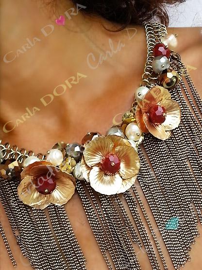 collier ras du cou a fleurs metal or et cristal, collier fantaisie fleur cristal et pampilles