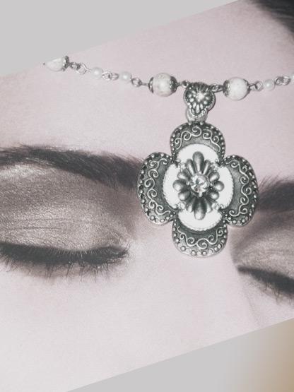 collier perles fantaisie trefle noir et blanc style ancien et romantique, collier perle fantaisie