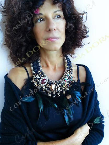 collier ras du cou plumes noires et cabochons, bijou collier femme chic soiree plumes noires moirees