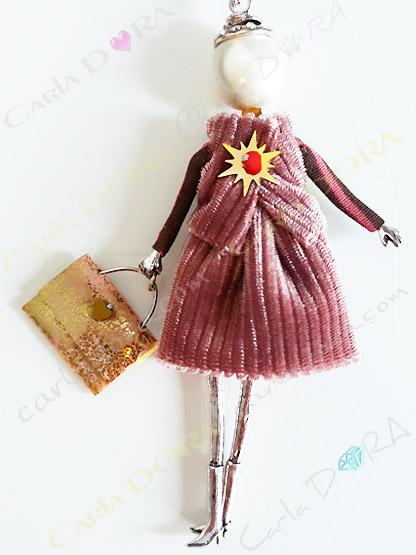 sautoir poupee robe et gilet velours vieux rose sac a la main, collier sautoir poupee romantique tenue velours cotele