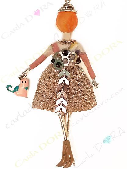 collier fantaisie charms poupee sautoir fashion robe cocktail petit chat a la main, bijou fantaisie sautoir femme mode