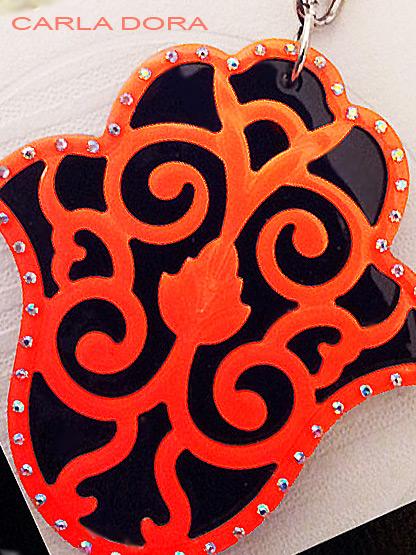 porte-clef main de myriam noir et corail fluo