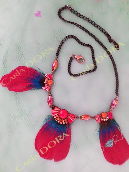 collier ras de cou plumes rouges et strass, bijou collier femme chic plumes et cabochons