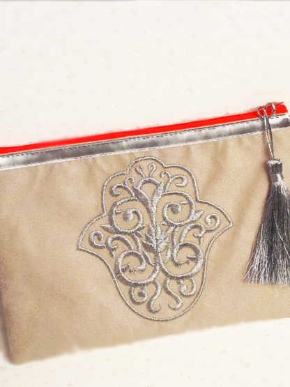 pochette main de myriam tissu ecru argent et orange fluo, pochette a la mode pour femme