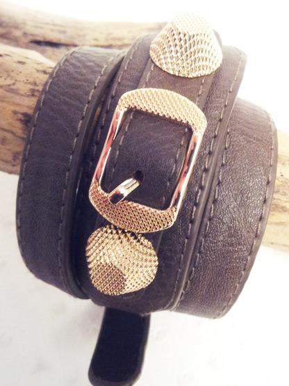 bracelet cuir 3 tours taupe orne de 2 cones et boucle ceinture en metal gauffre dore, bracelet femme