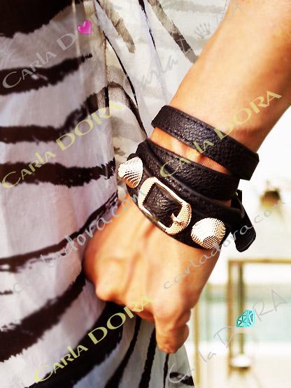 bracelet pour femme cuir 3 tours noir orne de 2 cones et boucle ceinture en metal gauffre dore