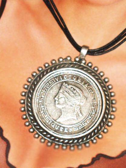 bijoux fantaisie femme collier cercle medaille metal argent vieilli, collier medaille victoria queen