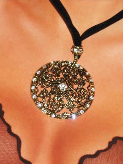 bijoux fantaisie femme collier pendentif fantaisie cercle dore arabesque strass