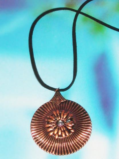 bijoux collier fantaisie femme pendentif cercle metal cuivre cisele incruste d