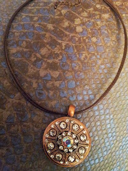 pendentif cercle metal cuivre incruste de cristal et de strass
