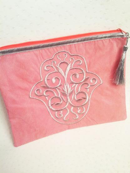 pochette femme grande pochette main de fatma rose cloutee argent zip orange fluo grand format