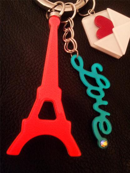 porte-clef paris bijou de sac tour eiffel fluo lettres love turquoise, enveloppe et coeur rouge
