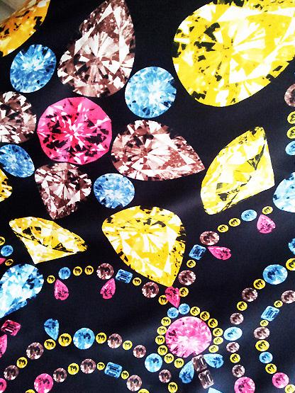 foulard imprime diamants colores, carre pierres precieuses