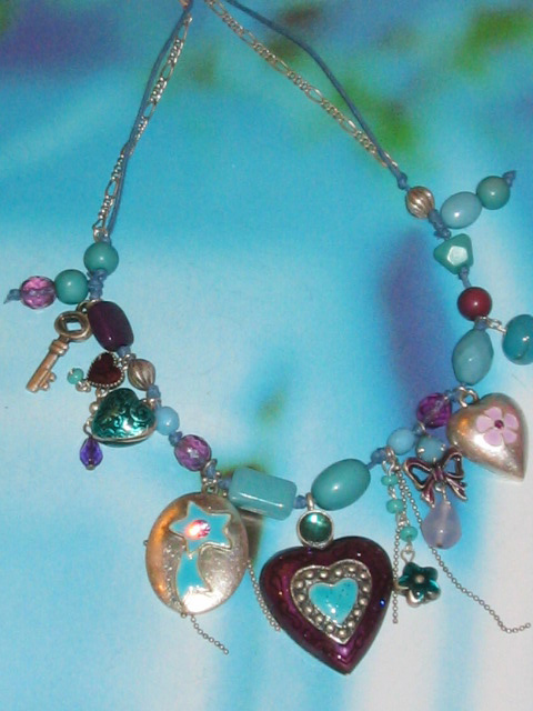 bijoux collier fantaisie breloques coeur prune et turquoise metal emaux