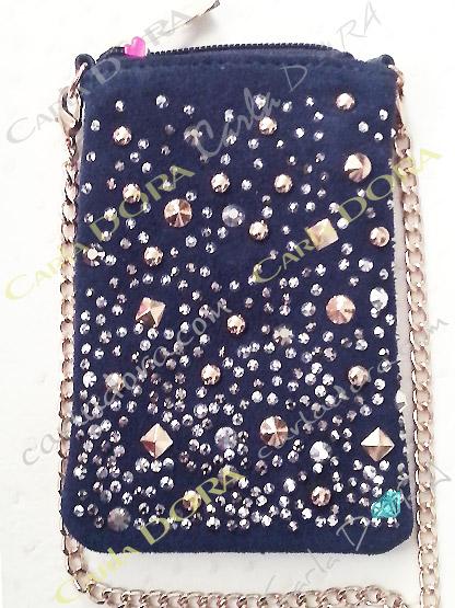 pochette telephone portable daim bleu marine pluie de strass et de clous argent et or