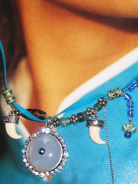 bijoux collier femme ras du cou bleu pendeloques petites dents